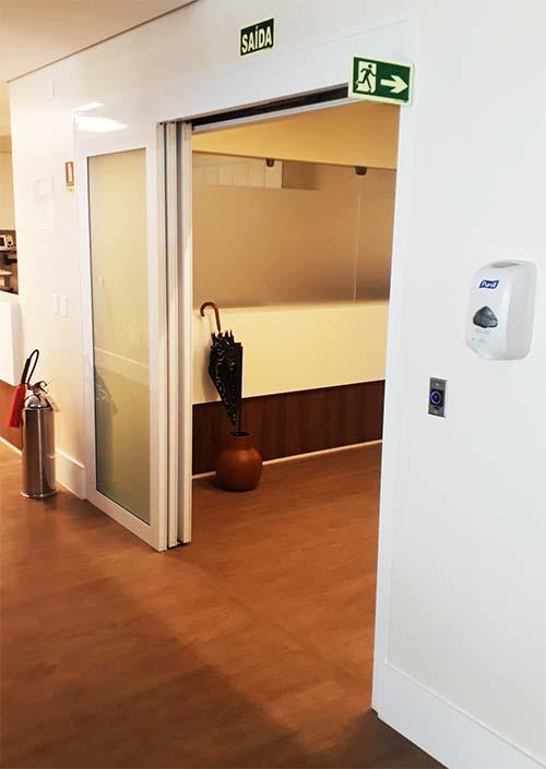 Porta automática telescópica aberta