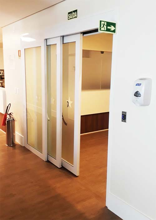 Porta automática telescópica entre aberta